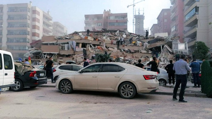Gempa bumi berkekuatan magnitudo (M) 7,0 melanda Laut Aegea. Gempa tersebut dirasakan di bagian Turki barat dan menghancurkan bangunan di kota pesisir sana.