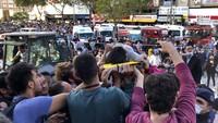 Warga langsung bergotong-royong mengevakuasi korban yang terjebak di dalam bangunan.