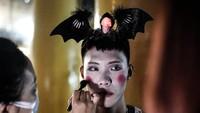 Warga Wuhan juga tampil maksimal dengan gaya paling menyeramkan dalam perayaan Halloween yang jatuh pada 31 Oktober itu.
