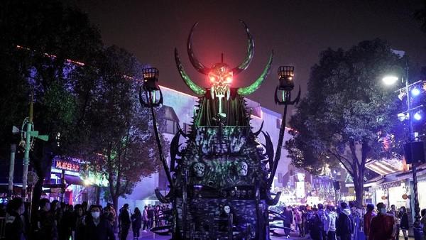 Parade mobil hias dengan lampu warna-warni menjadi daya tarik yang disuguhkan dalam pesta Halloweend di Wuhan kali ini.