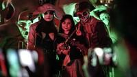 Sebagian masih memakai masker, namun sebagian lain tidak memakainya di pesta Halloweend di Wuhan itu.