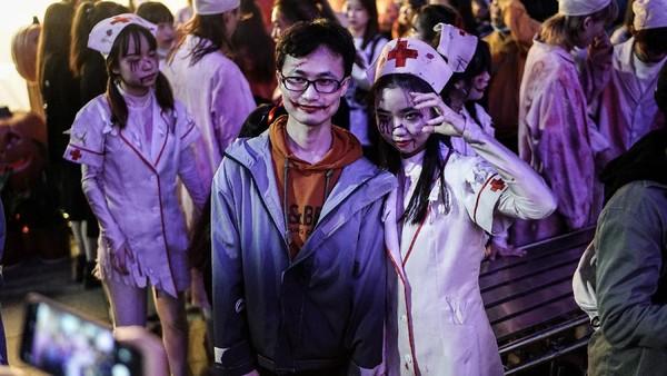 Pesta kostum untuk mengusir hantu itu dirayakan dengan warga berkumpul mengenakan pakaian adat termasuk bajak laut, super hero, atau perawat zombie.