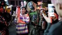Saat warga dunia bertarung menghadapi virus Corona, episentrum virus Corona, Wuhan, sudah rileks untuk berkerumun saat Halloween.