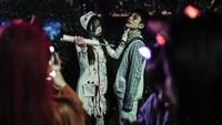 Ada juga warga Wuhan yang memilih memakai kostum perawat yang menyedihkan, ksotumnya berdarah-darah dengan membawa benda tajam. Kostum itu dinilai tidak pas saat COVID-19 setelah para perawat dan tenaga medis lain bertaruh merawat pasien COVID-19.