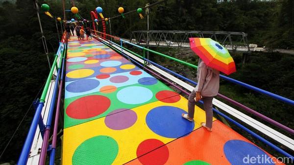 Seperti ini penampakan jembatan polkadot warna-warni yang lagu ngehits di lereng Gunung Merapi.