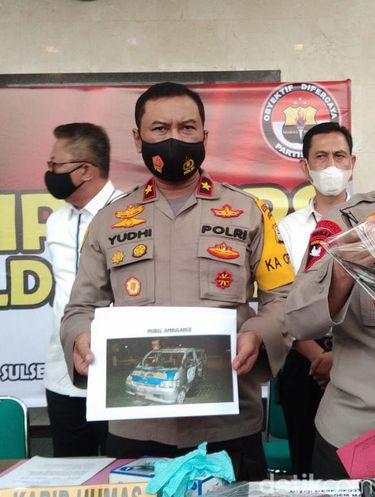 Kapolrestabes Makassar dan Kapolda Riau saat merilis kasus demo ricuh di Makassar berujung pembakaran (Hermawan Mappiwali/detikcom)