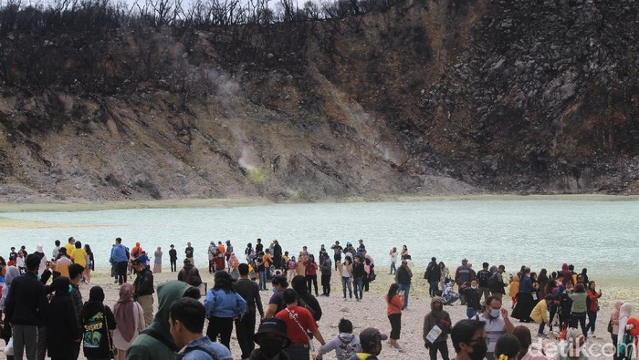 Kawah Putih Ciwidey diserbut wisatawan saat libur cuti bersama Oktober 2020.