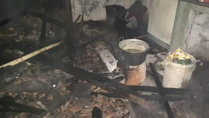 Kebakaran di rumah warga Clering, Jepara. Kebakaran ini bermula saat pemilik rumah menakar bensin di dekat kompor saat memasak, Jumat (30/10/2020) dini hari.