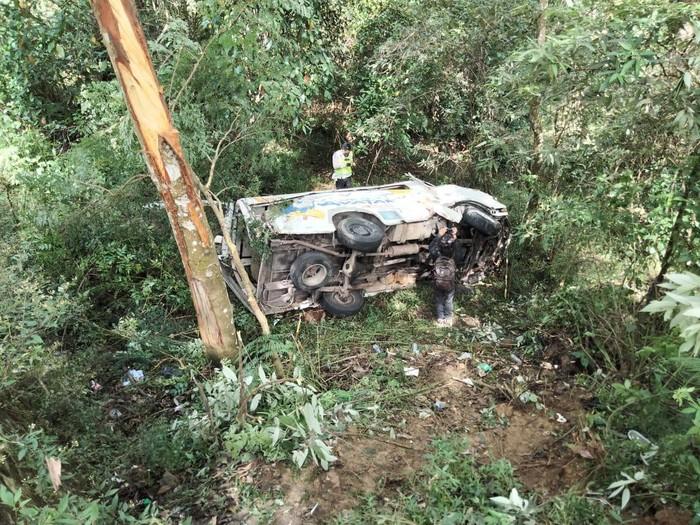 Sebuah minibus menabrak pohon lalu terjun ke jurang di Jalan Raya Sarangan Cemoro Sewu. Satu orang tewas dalam kecelakaan tersebut.