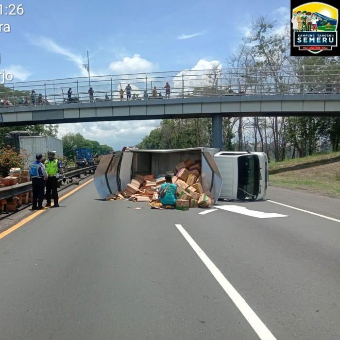 Truk boks Isuzu bermuatan minyak goreng terguling di Tol Sidoarjo KM 757.600, arah Porong-Sidoarjo. Muatan tumpah di jalan.