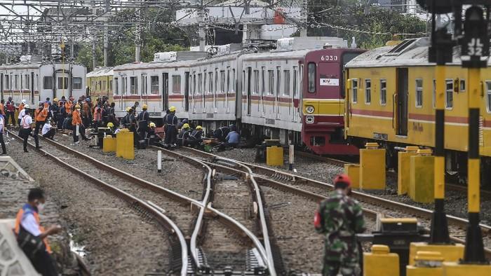 Sejumlah petugas mencoba mengevakuasi Kereta Rel Listrik (KRL) dengan nomor KA 1481 tujuan Bekasi-Jakarta Kota yang anjlok di kawasan Kampung Bandan, Jakarta, Jumat (30/10/2020). Akibat anjloknya KRL tersebut PT KAI membuat rekayasa pola rute KRL menuju Jatinegara, Bekasi-Jakarta Kota via Pasar Senen, dan dari Jatinegara menuju Bogor, sementara penyebab anjlok masih dalam penyelidikan pihak terkait. ANTARA FOTO/Muhammad Adimaja/wsj.