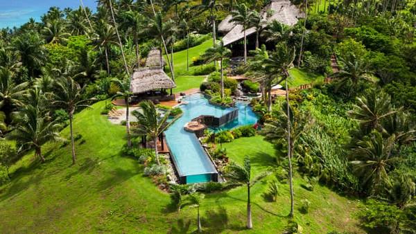 Beberapa pelancong yang diizinkan masuk ke Fiji saat ini dikenai karantina wajib 14 hari. Tapi karena keterpencilan Laucala, Departemen Kesehatan telah mengizinkan program untuk terus berjalan tanpa tamu harus diisolasi selama dua minggu.