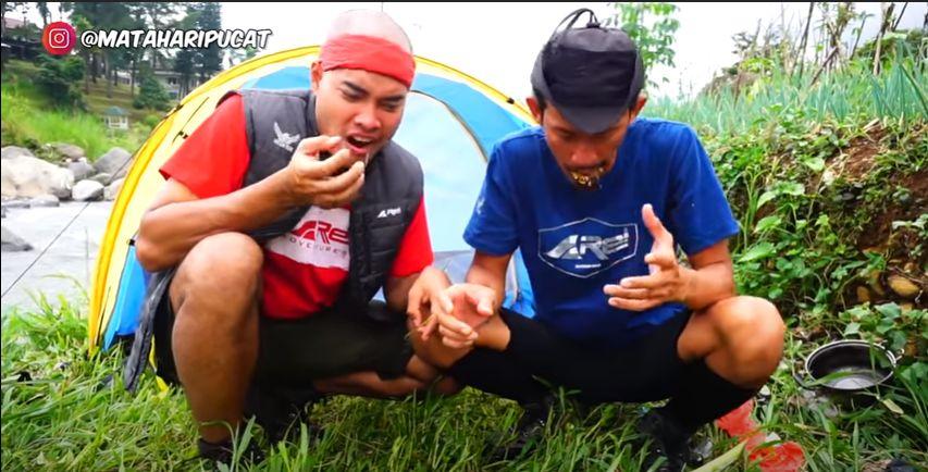 Main ke Sawah, YouTuber Ini Makan Gabah Padi Goreng Tepung