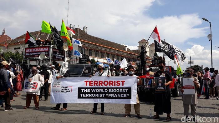 Massa Forum Ukhuwah Islamiyah (FUI) DIY melakukan aksi mengecam Presiden Perancis Emmanuel Macron di Titik Nol Kilometer Yogyakarta, Jumat (30/10/2020).