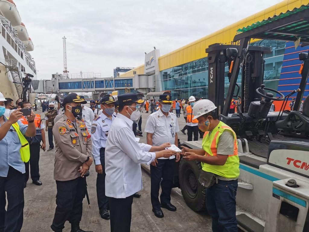 Menhub Budi Karya Tinjau Protokol Kesehatan di Pelabuhan Tanjung Priok
