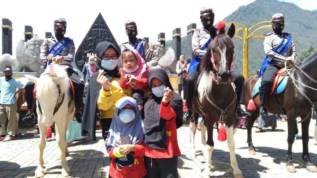Pengunjung Telaga Sarangan Dapat Cokelat dan Masker dari Polwan Berkuda