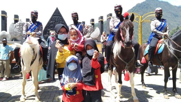 Pengunjung wisata Telaga Sarangan meningkat saat libur panjang. Satlantas Polres Magetan menggelar Operasi Zebra Semeru 2020, sambil memberikan cokelat dan masker kepada pengunjung.