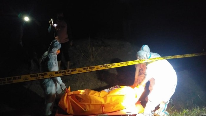 Mayat seorang pria ditemukan di bekas galian tambang, Desa/Kecamatan Bungah, Gresik. Mayat tersebut dalam kondisi tangan terikat.