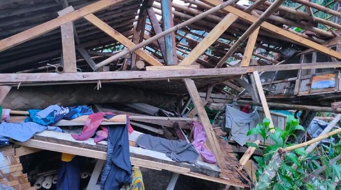 Penampakan rumah warga yang rusak diterjang puting beliung di Sukabumi.