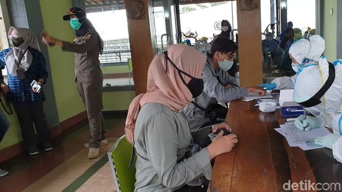 Pengunjung ke objek wisata Lembang menjalani rapid test