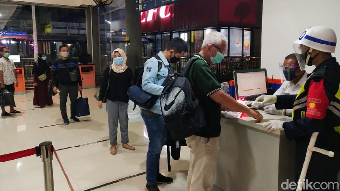 penumpang kereta api di stasiun gubeng