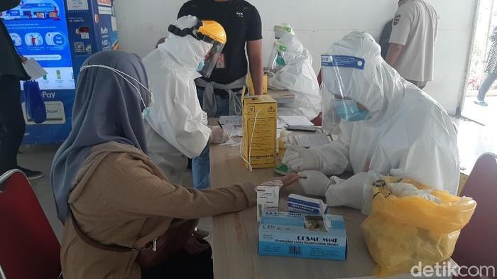 Puluhan penumpang KRL di Stasiun Bogor mengikuti tes rapid massal yang digelar Dinkes Kota Bogor, Jumat (30/10/2020). Dari 61 orang yang rapid, 1 orang di antaranya dinyatakan reaktif.