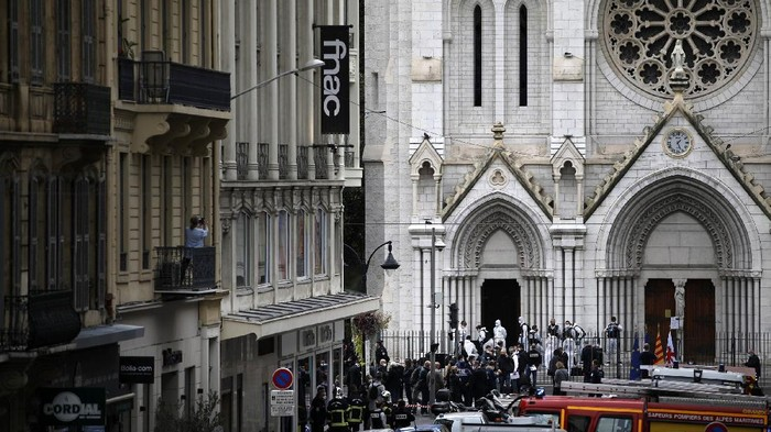 Tiga orang tewas dalam serangan di Gereja Notre Dame, Nice, Prancis. Begini suasana gereja di pusat kota Nice itu pasca penyerangan.
