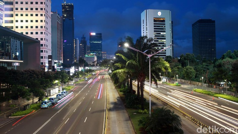 Libur cuti bersama membuat suasana Ibu Kota menjadi lengang. Momen terbenamnya matahari kali ini terlihat berbeda tanpa hiasan kemacetan kendaraan.