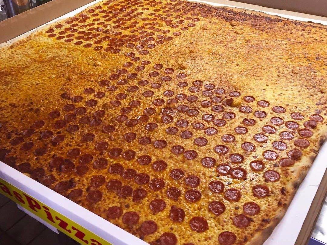 Pizza Terbesar di Dunia Selebar 1,3 Meter Ini Bisa Diantar ke Rumah!