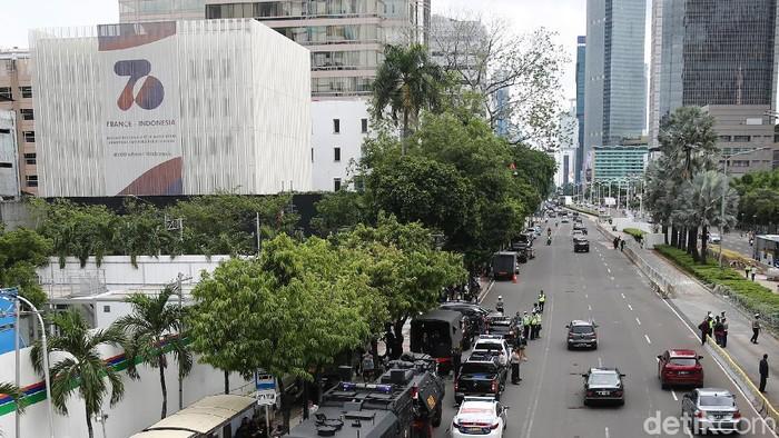 Personel polisi berjaga di depan Kedubes Prancis di kawasan Thamrin, Jakarta. Kendaraan taktis juga diturunkan untuk antisipasi.