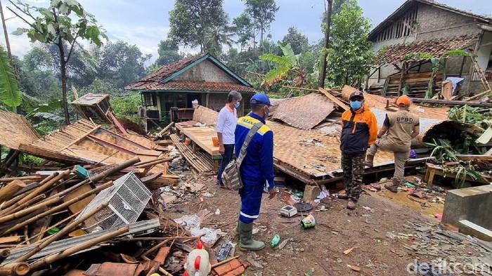 Ada 92 rumah yang terdampak bencana puting beliung yang terjadi di Desa Tugu Bandung, Kecamatan Kabandungan, Kabupaten Sukabumi.