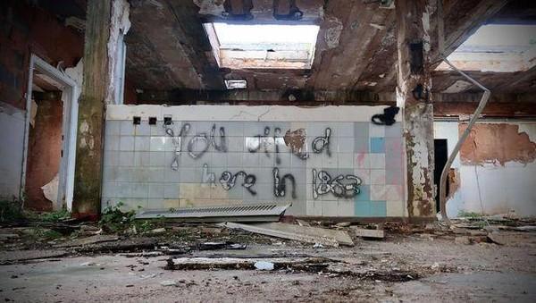 Tapi itu dulu, sampai akhirnya bangunan rumah sakit jiwa tersebut benar-benar ditutup secara total dan ditinggalkan begitu saja pada tahun 1995. Banyak warga sering melihat atau mendengar fenomena supernatural di sini. (dok. @azzlennox WS)