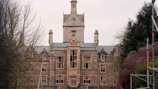 Inilah The North Wales Hospital, sebuah bekas rumah sakit jiwa yang kini terbengkalai dan konon katanya berhantu. Lokasinya disebutkan berada di kota Denbigh, Wales. (dok. @azzlennox WS)