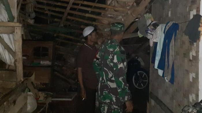 Rumah warga rusak akibat diterjang angin puting beliung di Sukabumi.