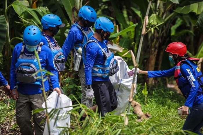 Sebanyak 100 karung atau tiga mobil pick-up sampah terkumpul dari susur Ciliwung sepanjang 2 kilometer.