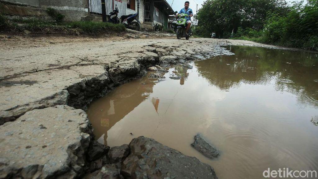 Seperti Ini Jalan Rusak-Berlubang Penuh Genangan di Bekasi