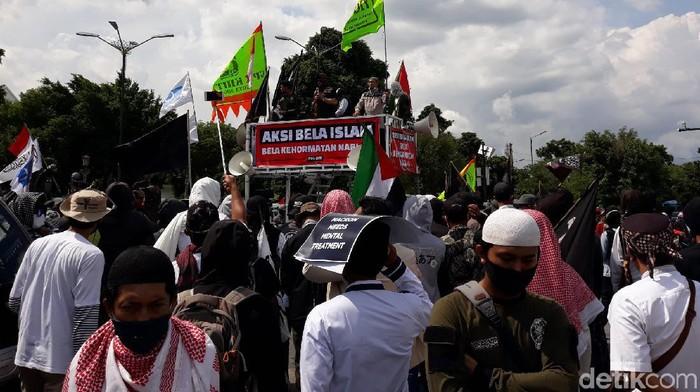 Massa yang tergabung dalam Forum Ukhuwah Islamiyah (FUI) Daerah Istimewa Yogyakarta (DIY) melakukan aksi mengecam Presiden Prancis, Emmanuel Macron.