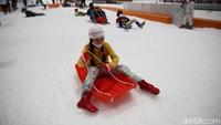 Salah satu tempat yang tidak biasa yakni di Trans Snow World Bekasi.