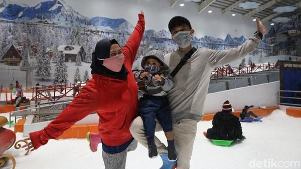 Pengunjung mengajak serta sanak keluarga untuk bermain salju.