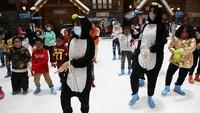 Tak hanya sekedar bermain salju, anak-anak pun diajak untuk menari bersama bersama kakak penguin yang lucu.