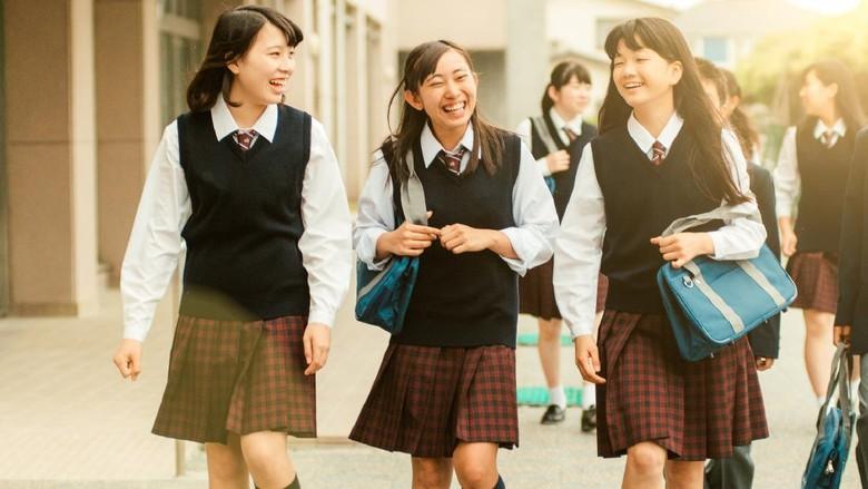 Jepang terkenal memiliki budaya unik dalam berseragam. Terutama untuk para siswi, seragam mereka terlihat modis dan kerap mengenakan rok pendek. Kenapa seperti itu ya?