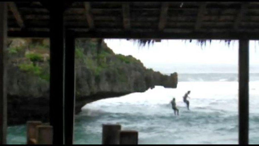 Ulah 2 Wisatawan Terjun Bebas dari Tebing Area Rip Current Pantai Selatan