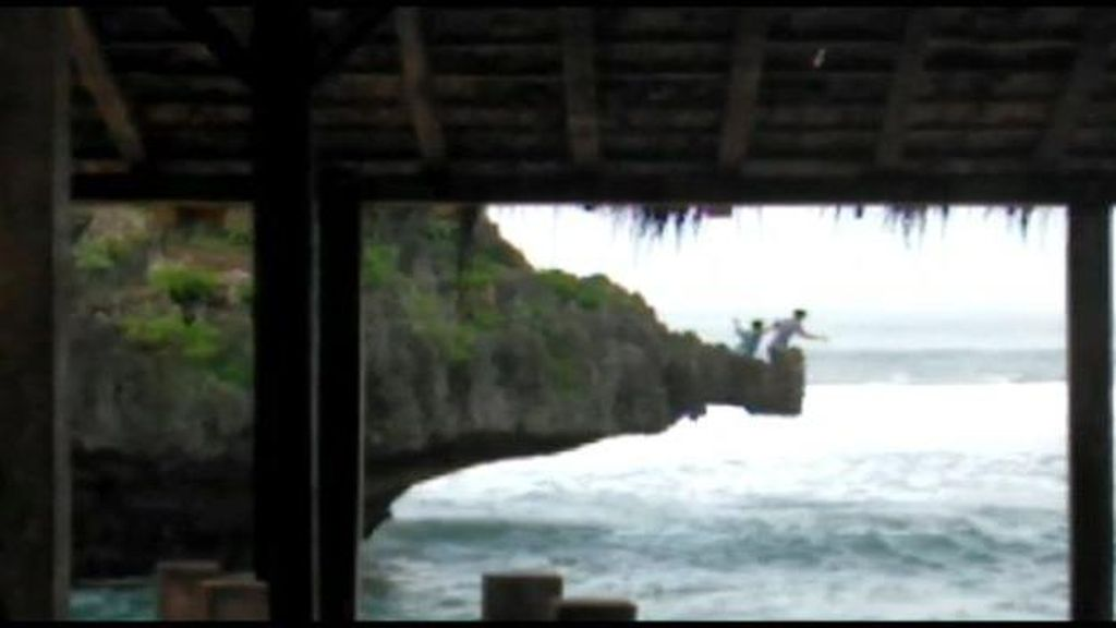Bahaya! Viral 2 Wisatawan Terjun dari Tebing Pantai Selatan Gunungkidul