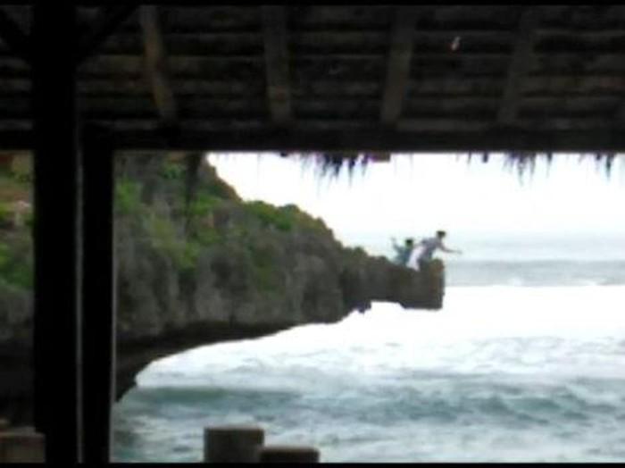 Tangkapan layar dua wisatawan lompat dari tebing pantai selatan Gunungkidul, Jumat (30/10/2020).