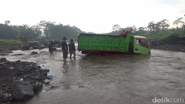 truk penambang pasir terjebak banjir lahar hujan