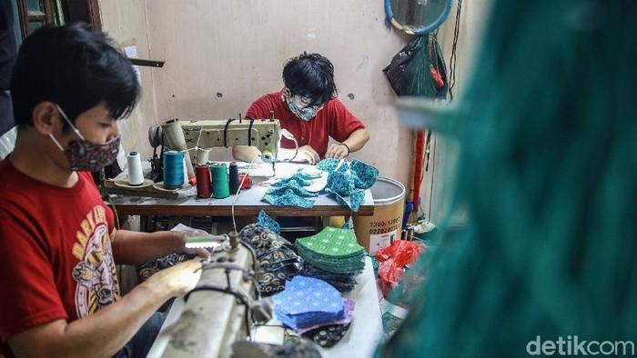 Aktivitas produksi masker kain bermotif batik di rumah produksi Kreasi Anak Indonesia (Kain) di kawasan Petukangan Utara, Pesanggrahan, Jakarta Selatan, Jumat (30/10/2020). Masker kain bermotif batik untuk anak dan dewasa ini dijual berdasarkan pesanan dan penjualan grosir dengan harga Rp 5.000 hingga Rp 7.000 per potong.