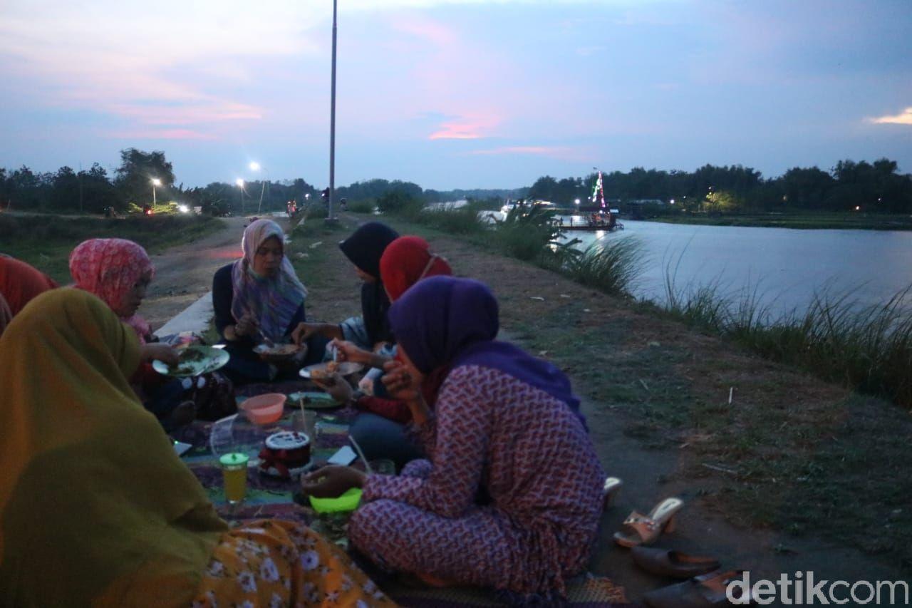 Di Warung Semox Bisa Nikmati Trancam di Pinggir Tanggul Sungai Brantas