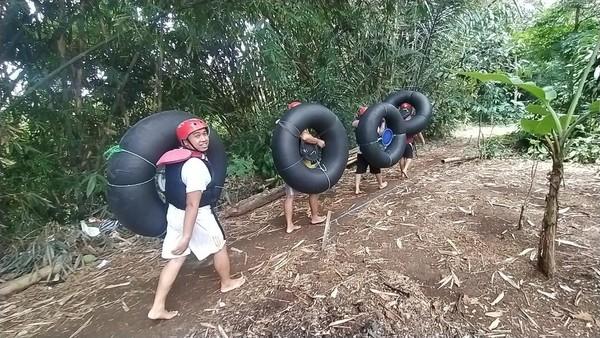 Traveler harus membawa sendiri ban yang akan dipakai buat river tubing. Akan ada 4 pemandu yang siap mendampingi wisatawan selama kegiatan berlangsung.