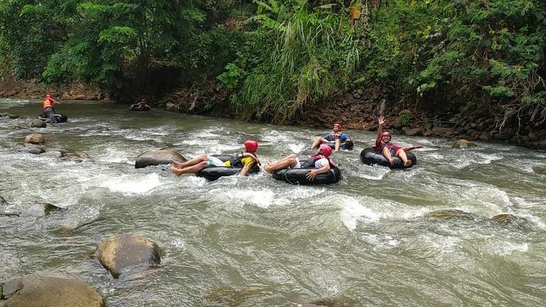 Wisata Sedekan River Tubing Sungai Cileueur, di Desa Mekarjadi, Kecamatan Sadananya