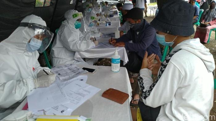 Wisatawan di Puncak Bogor menjalani rapid test.